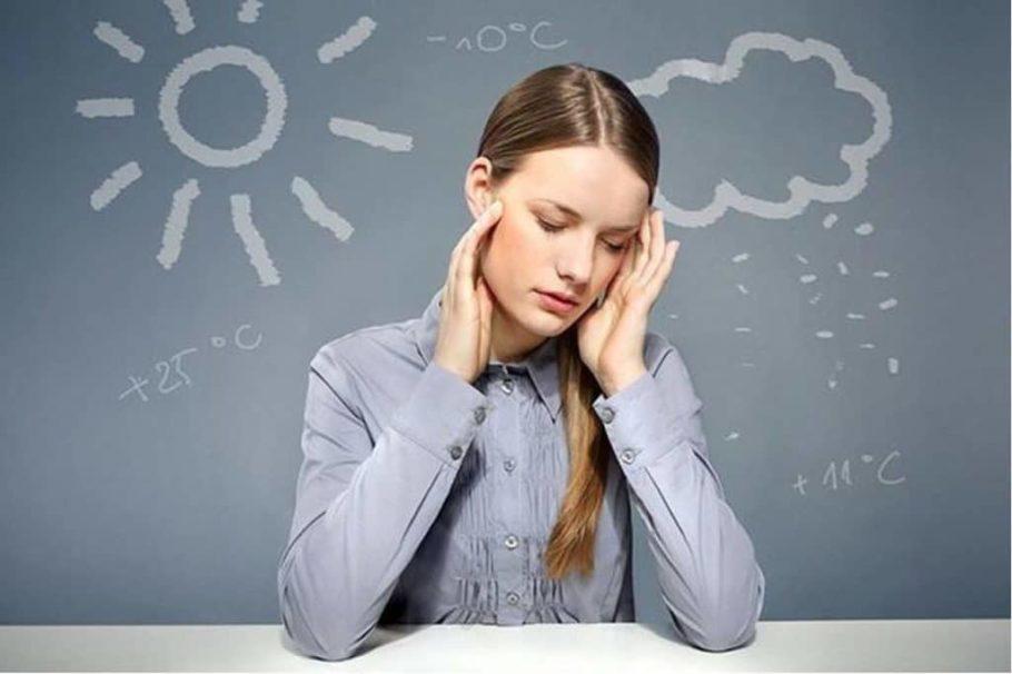у девушки болит голова на погоду