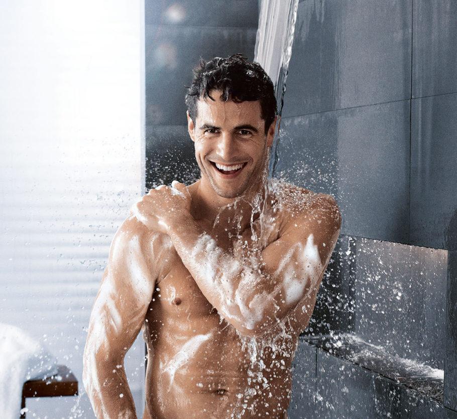 мужчина моется в душе