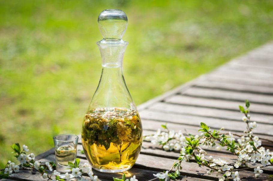 Настойка лекарственных трав в графине