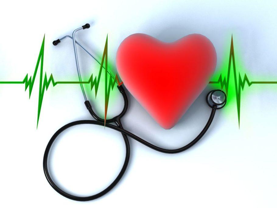 Стетоскоп и рисунок сердца с пульсом