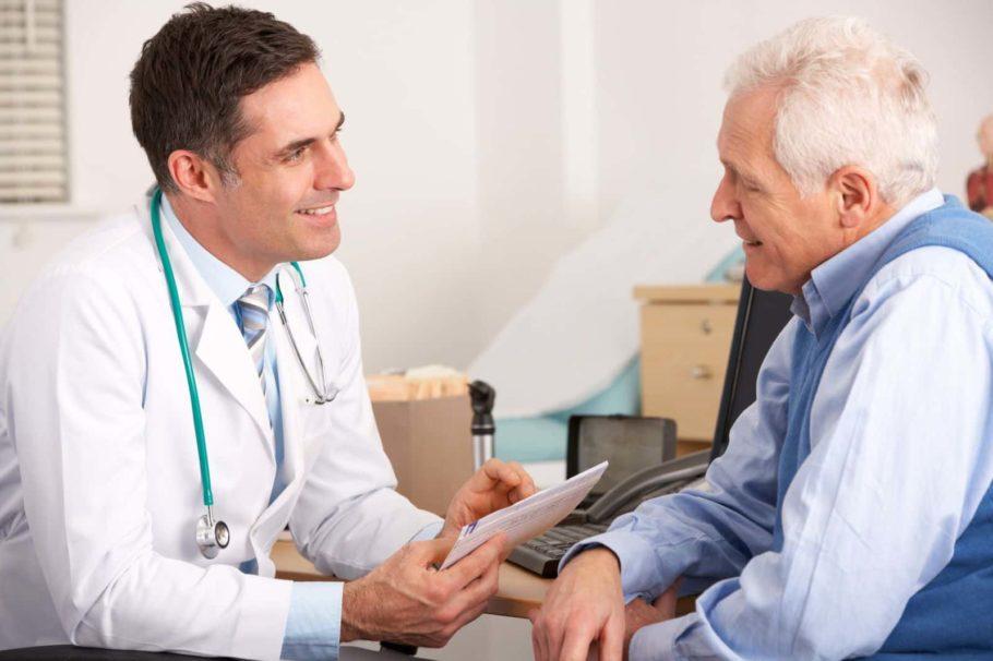Доктор консультирует пожилого пациента