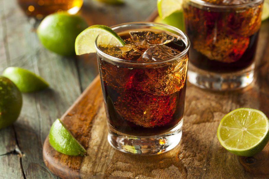 Подача коктейля с ромом в низком стакане