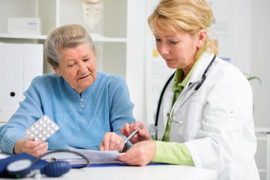 Доктор назначает лечение пожилой женщине
