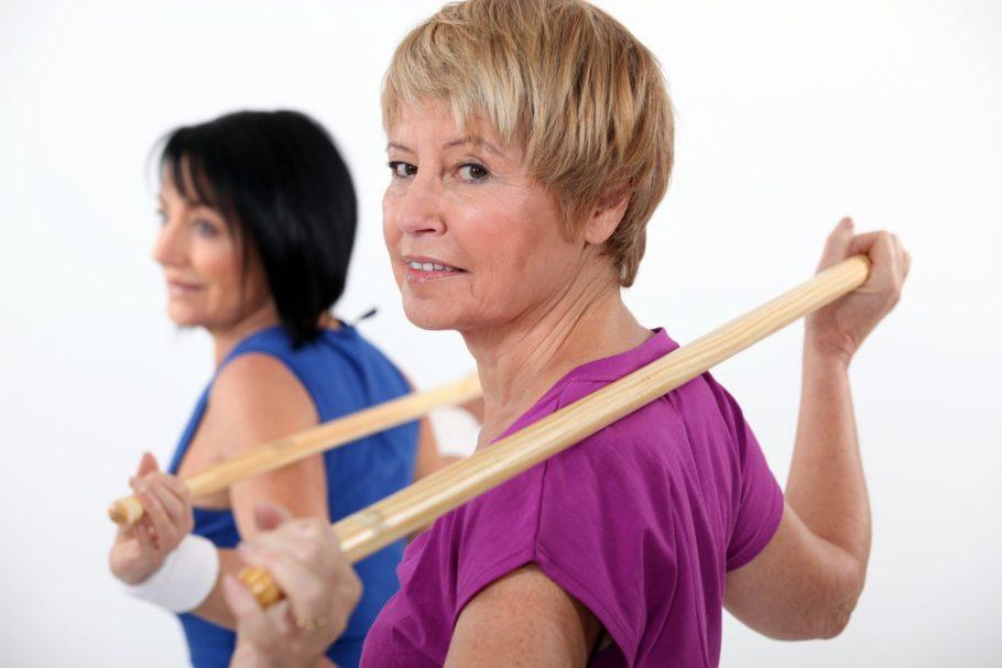 женщины занимаются спортом