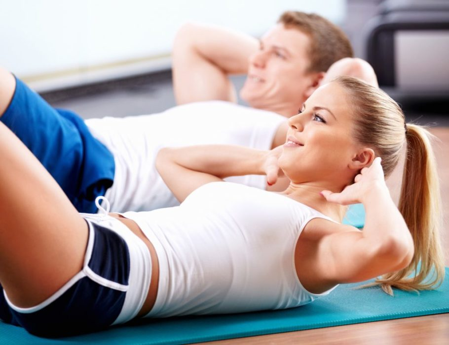 девушка и парень занимаются спортом