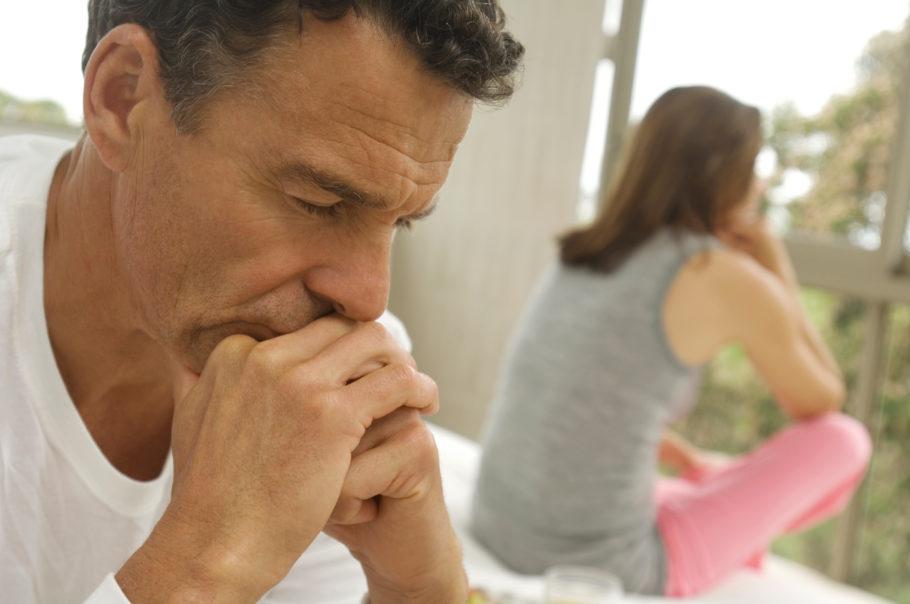 задумчивый мужчина сидит рядом с женщиной