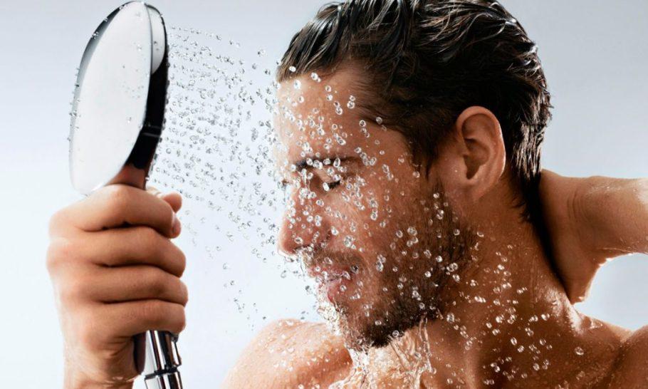 мужчина под струями воды