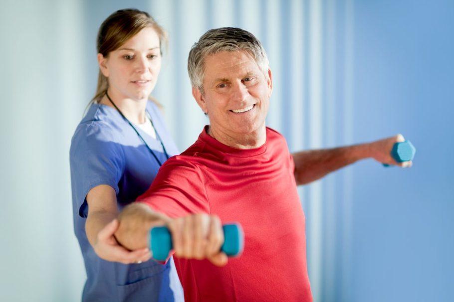 Мужчина выполняет упражнения под присмотром специалиста