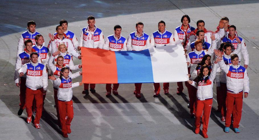 Российские спортсмены и флаг