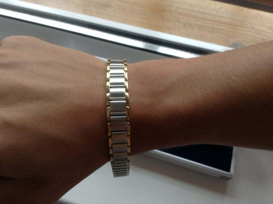 магнитный браслет на руке
