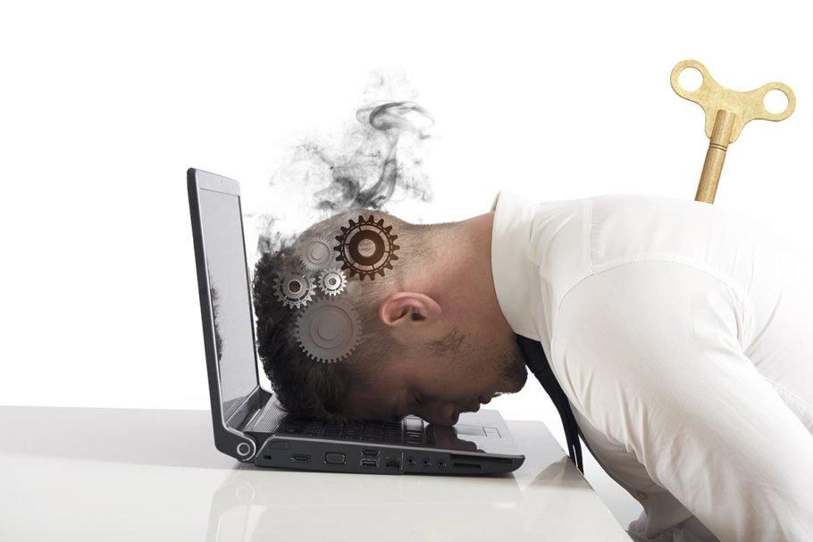 мужчина опустил голову на ноутбук