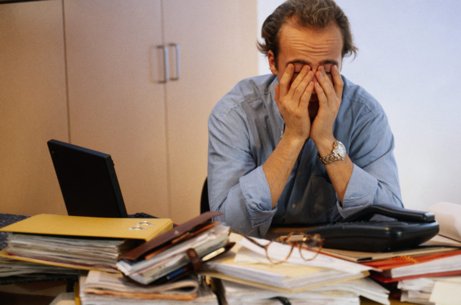 Уставший мужчина за работой