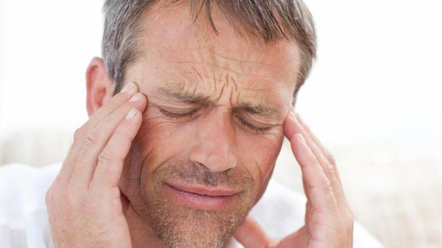 У мужчины головная боль