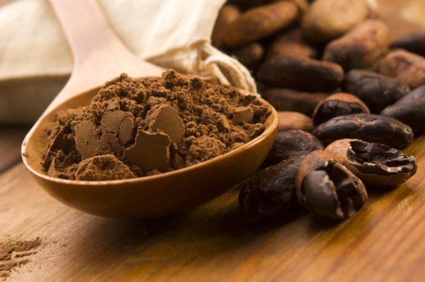 какао-бобы и порошок какао в деревянной ложке