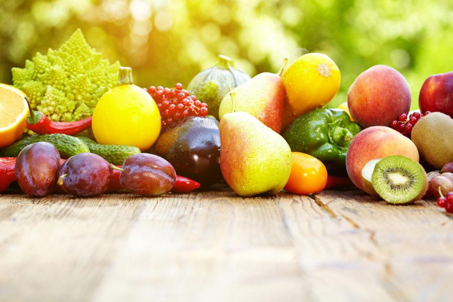 разные фрукты на столе