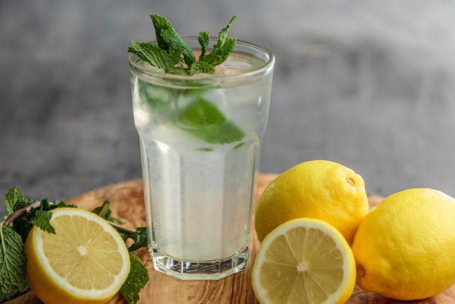 стакан лимонада и лимоны
