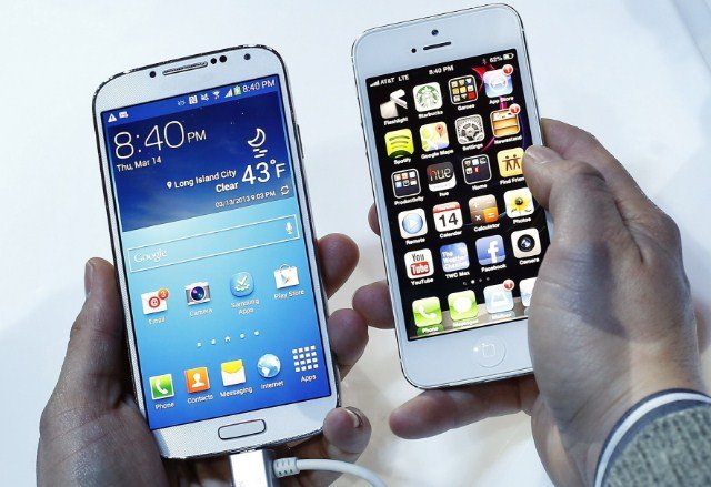 два мобильных телефона в руках