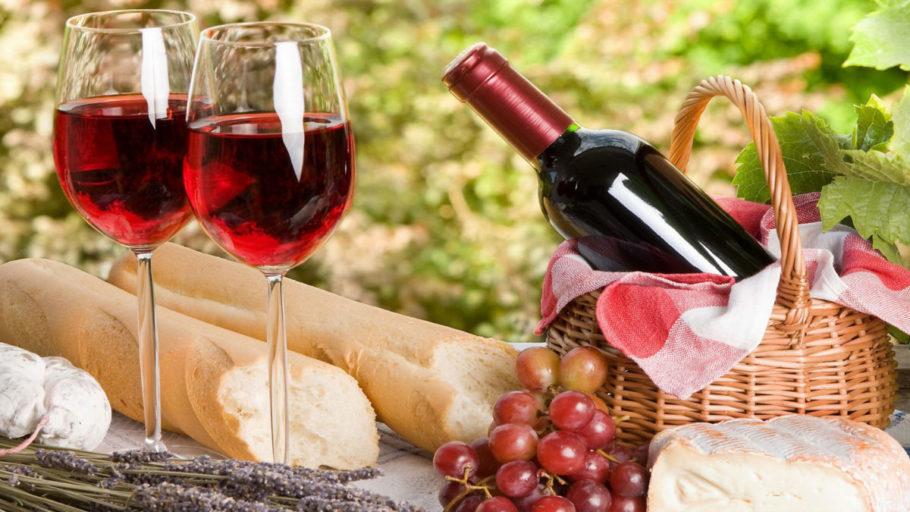 Два бокала вина и бутылка в корзине