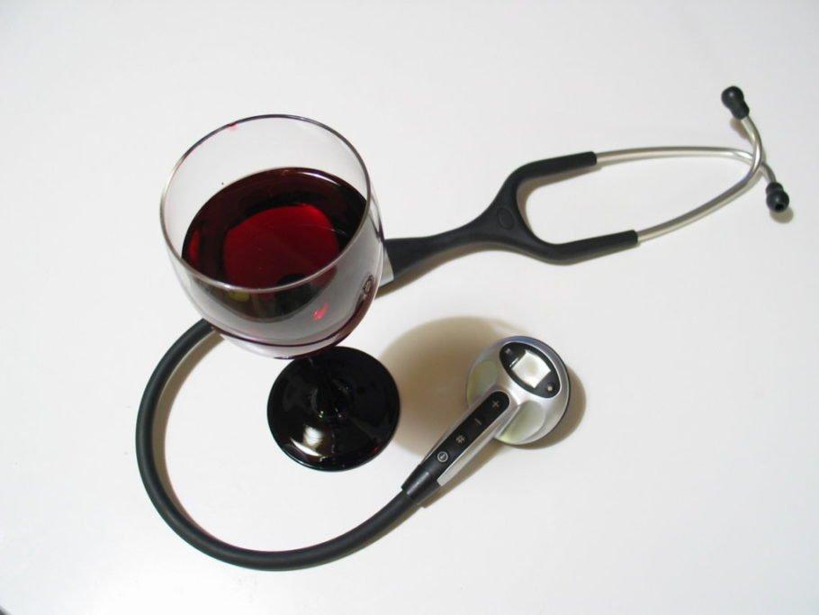 Стакан вина и стетоскоп