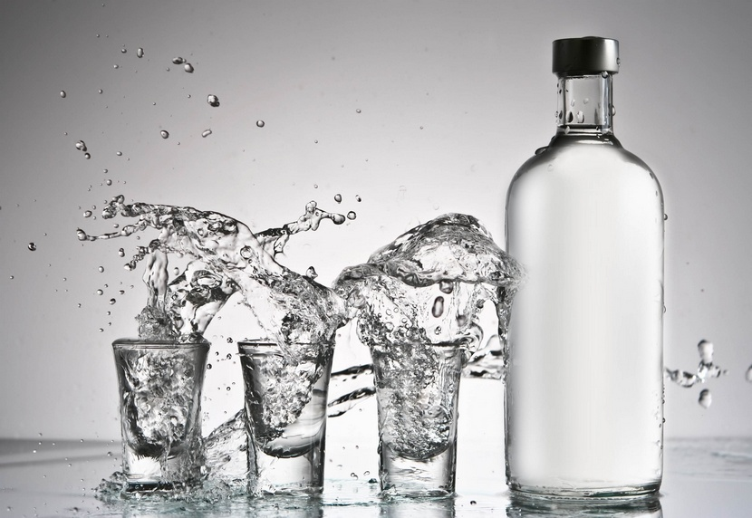 бутылка водки и стопки