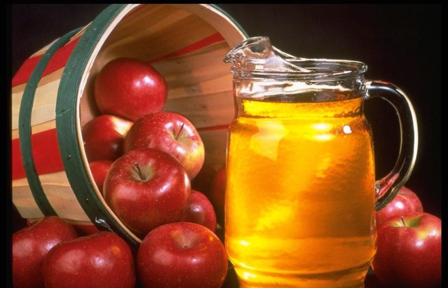 Яблочный уксус в графине и яблоки
