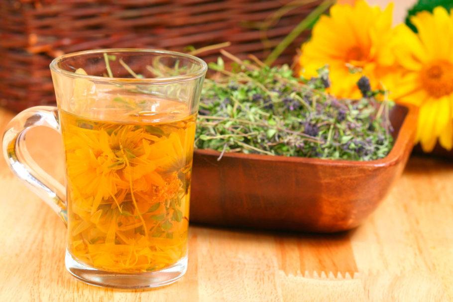 Травяной чай в зеленной чашке