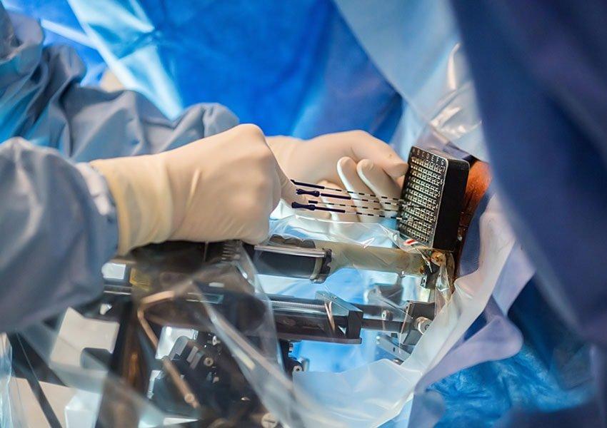 врачи с медицинским оборудованием