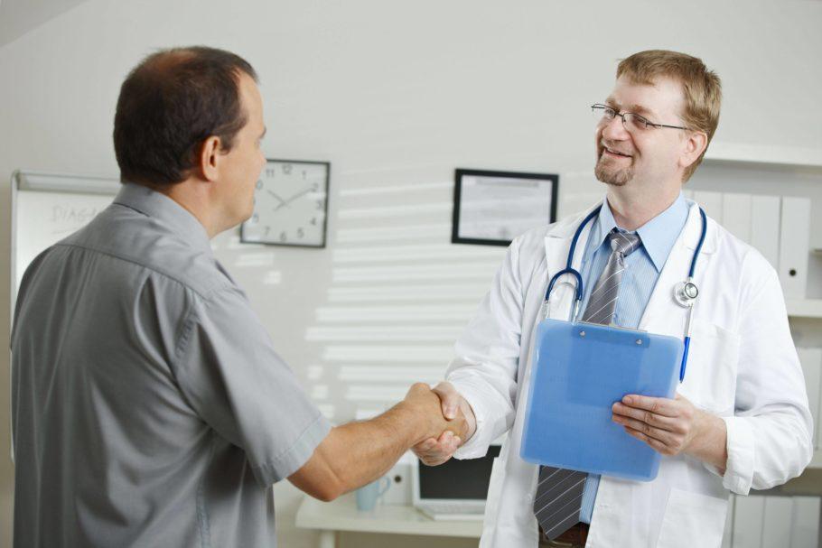 мужчина пожимает руку врачу