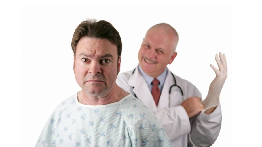 испуганный мужчина на фоне врача