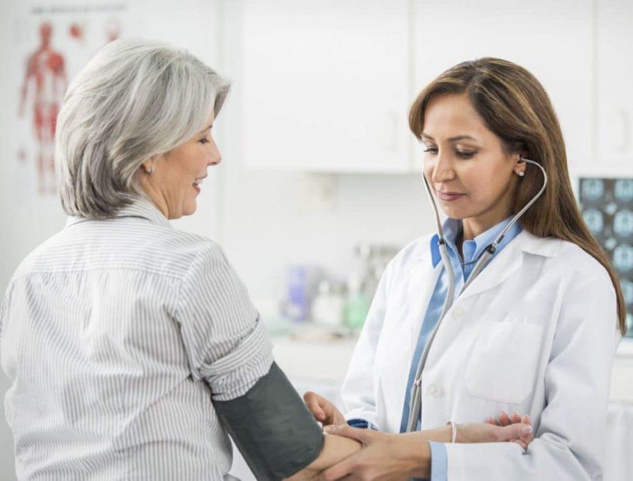 врач замеряет женщине давление