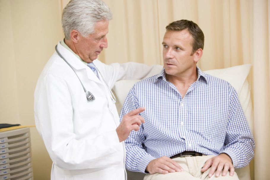 врач общается с пациентом