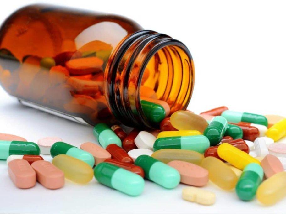 Рассыпанные таблетки и капсулы