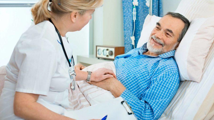 врач держит мужчину за руку