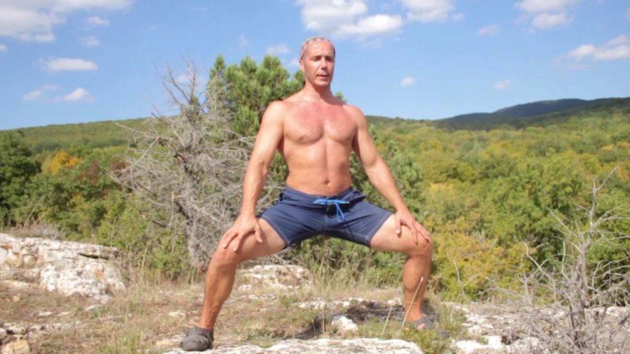 мужчина выполняет упражнение на природе