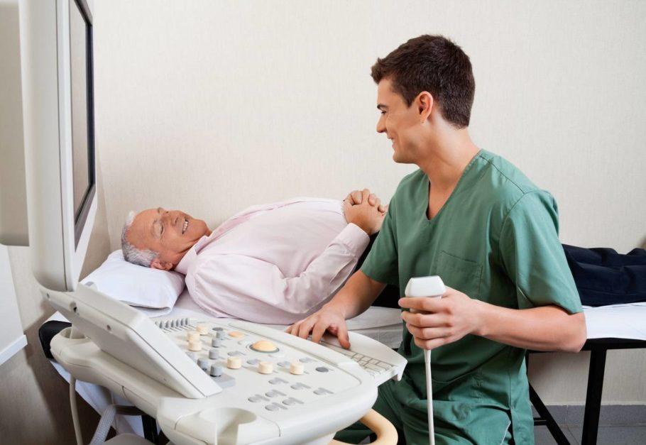 врач с пациентом улыбаются