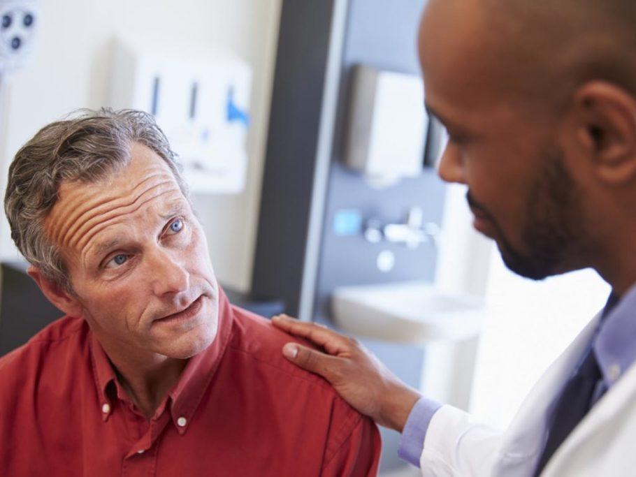 врач держит мужчину за плече