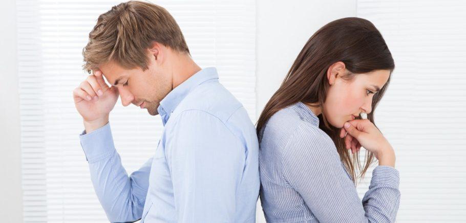 парень и девушка спиной к спине