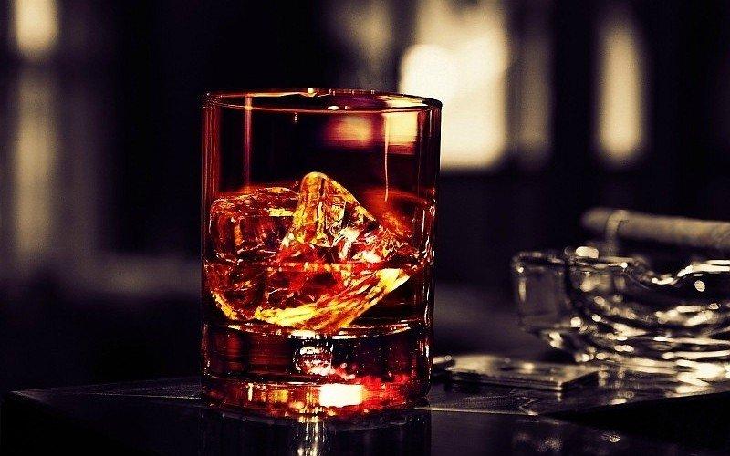 стакан с алкоголем и льдом