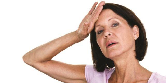женщина прикладывает руку к голове
