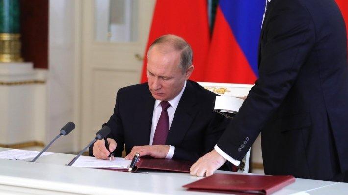 Путин подписал закон о наказании за фейковые новости и оскорбление госсимволов