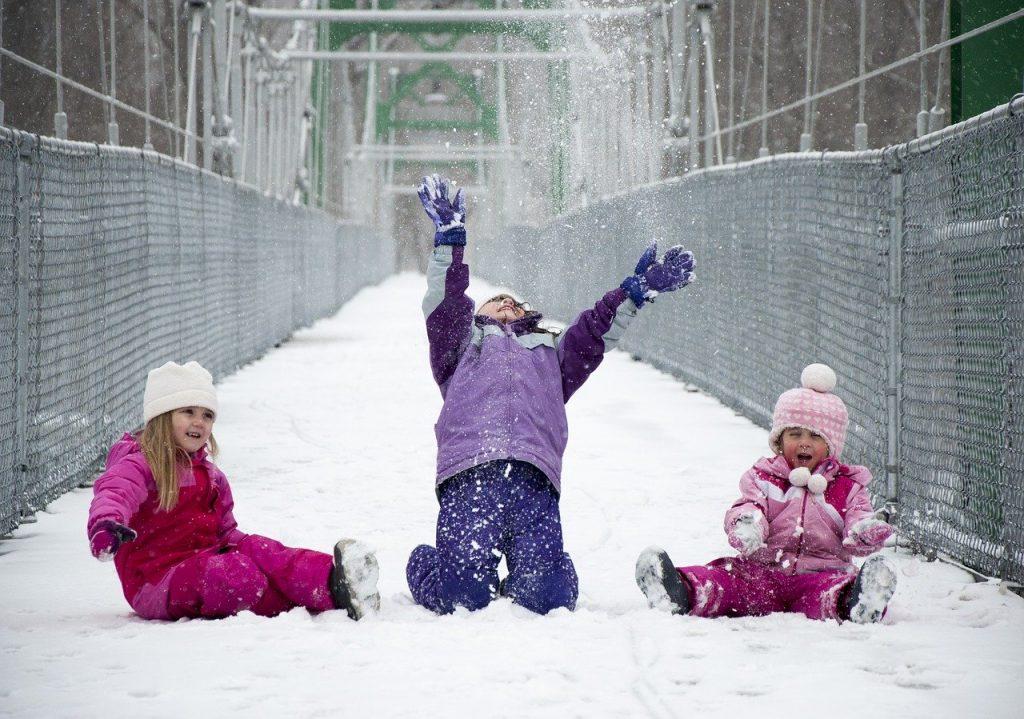 Как правильно одеть ребенка на улицу зимой и в межсезонье?