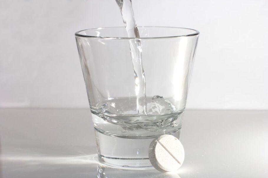 стакан воды и таблетка