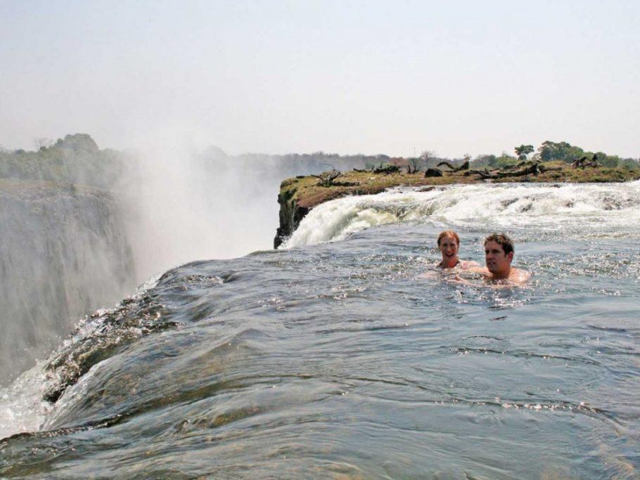 Купание в «Купели дьявола», находящейся у водопада Виктория