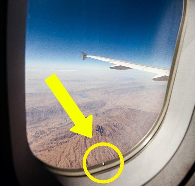 Отверстие в иллюминаторе самолета