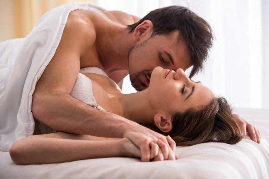 Она замирает, когда мужчина ласкает ее мочки или целует в ушную раковину