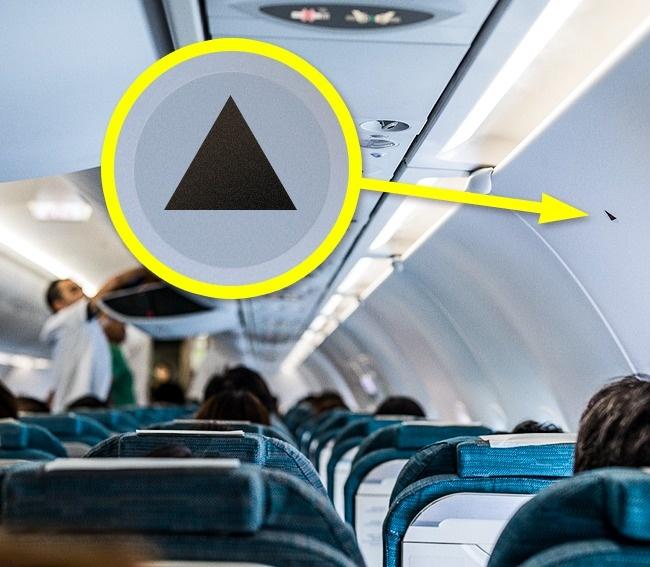 Черный треугольник в самолете