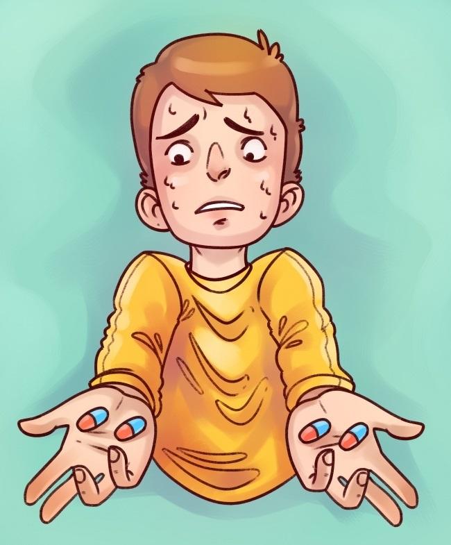 парень держит таблетки в руках