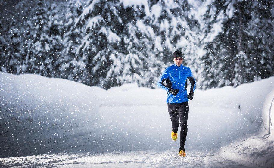мужчина на зимней пробежке