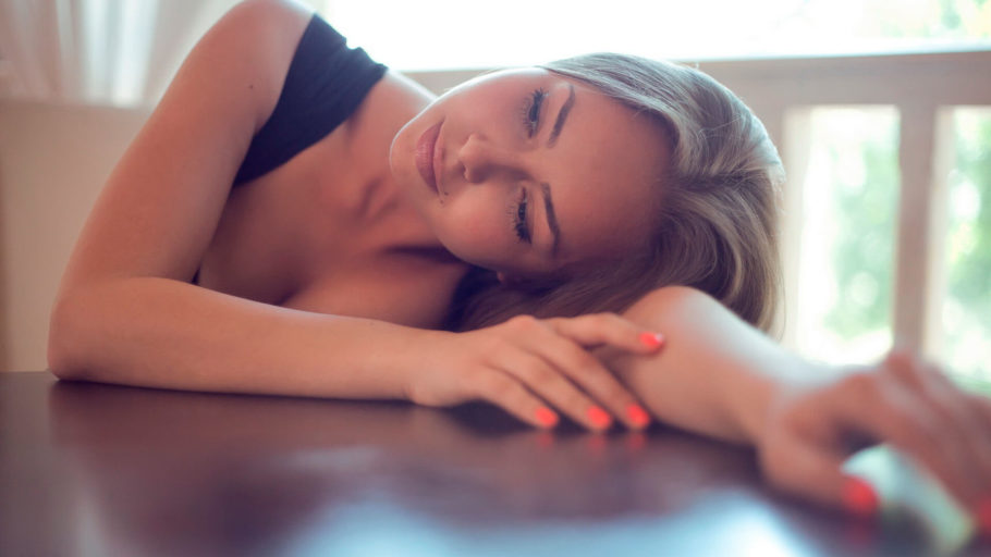 девушка и стол