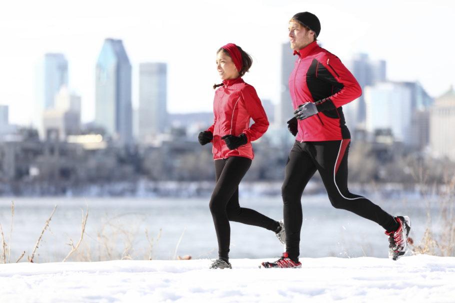 парень с девушкой на зимней пробежке
